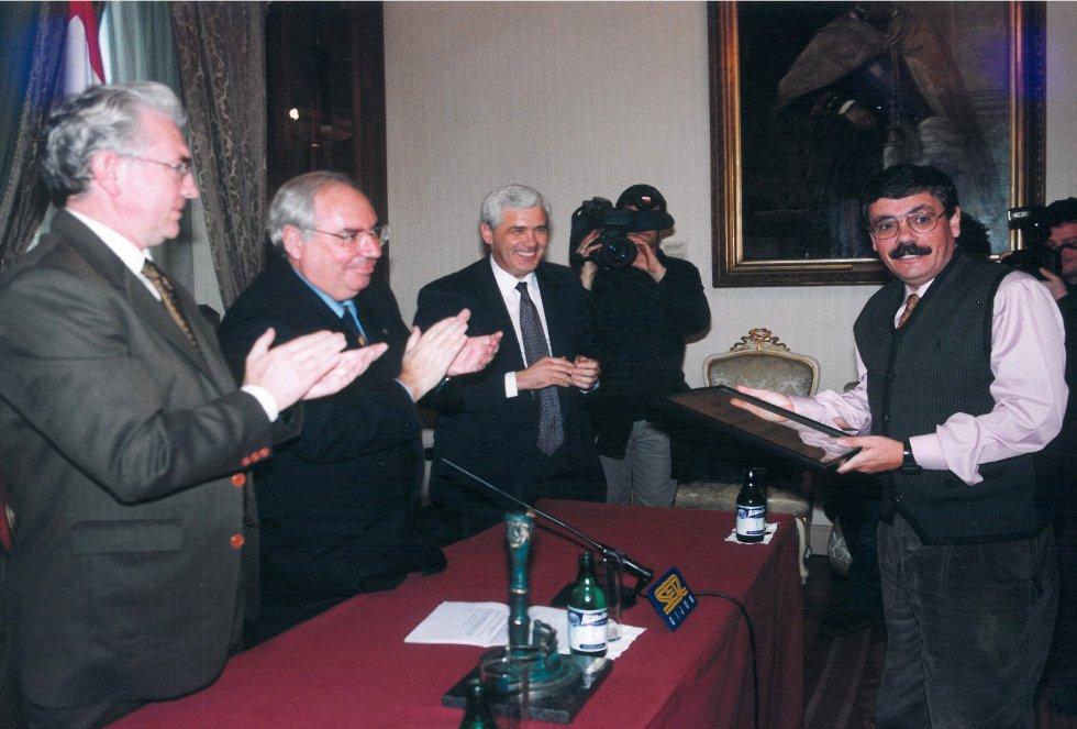`Floro´ con el diploma en sus manos (1999)