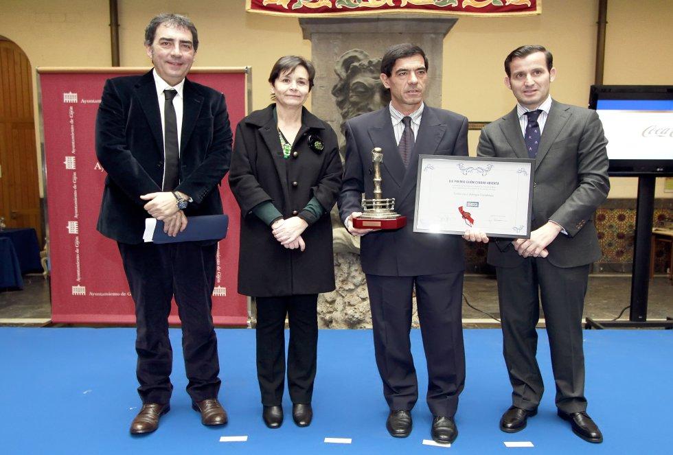 Foto de familia con el galardonado Albergue Covadonga (2013)