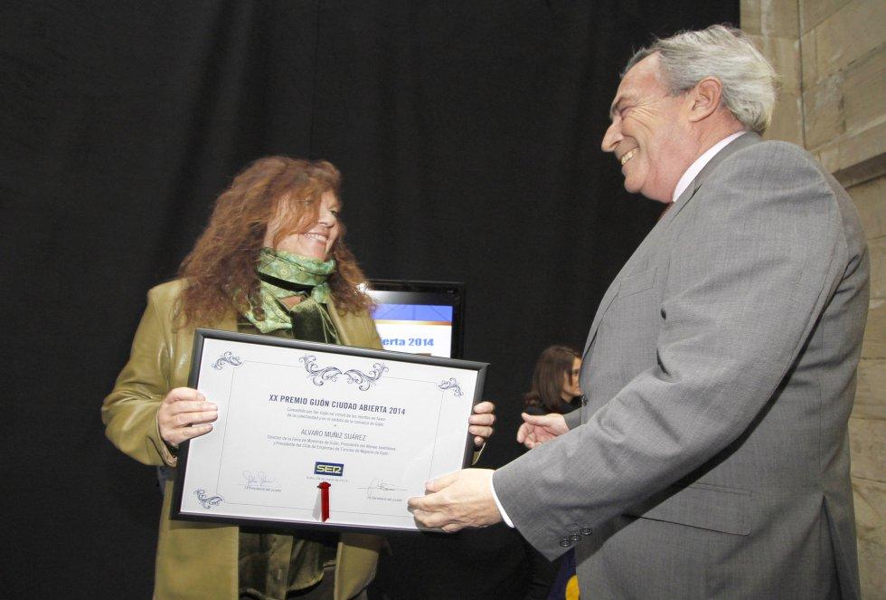 Álvaro Muñiz, director de la FIDMA, recoge el diploma de manos de la Jefa de Informativos, Guillermina Caso