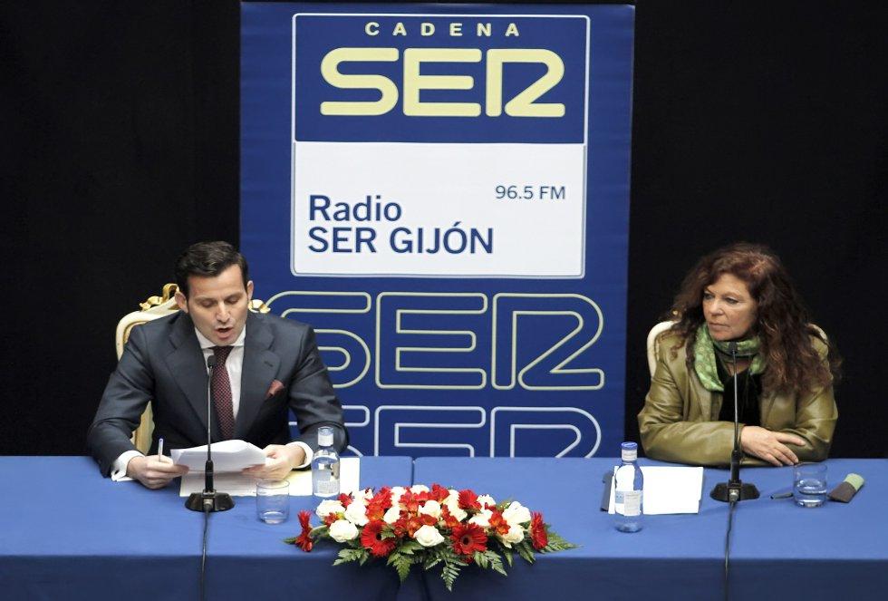 El director de Ser Gijón, Pablo González-Palacios, interviene durante la ceremonia de entrega (2014)