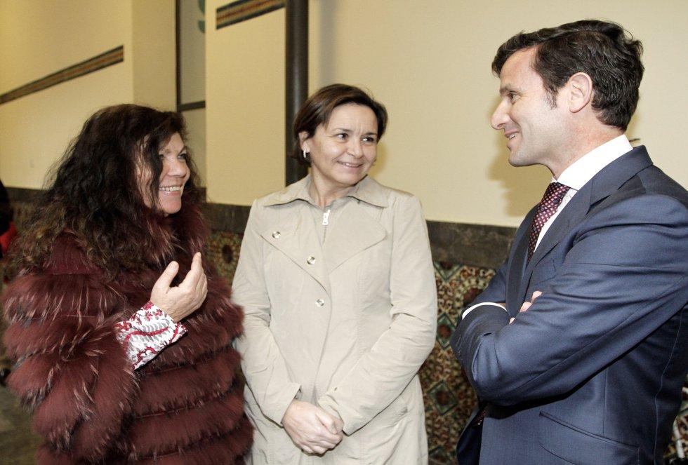 El director de Ser Gijón, Pablo González-Palacios y la Jefa de Informativos, Guillermina Caso, conversan con la alcaldesa de Gijón, Carmen Moriyón (2015)