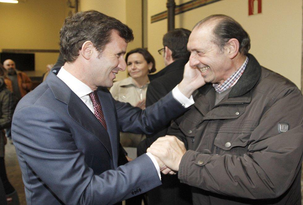 El director de Ser Gijón, Pablo González-Palacios, saluda cariñosamente a Quini, galardonado en 2008 (2015)