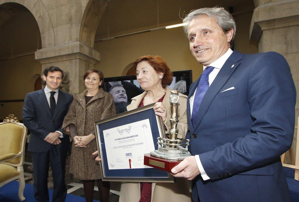 El presidente de la Unión de Comerciantes de Asturias, Germán Heredia y su gerente, Carmen Moreno con el galardón (2018)