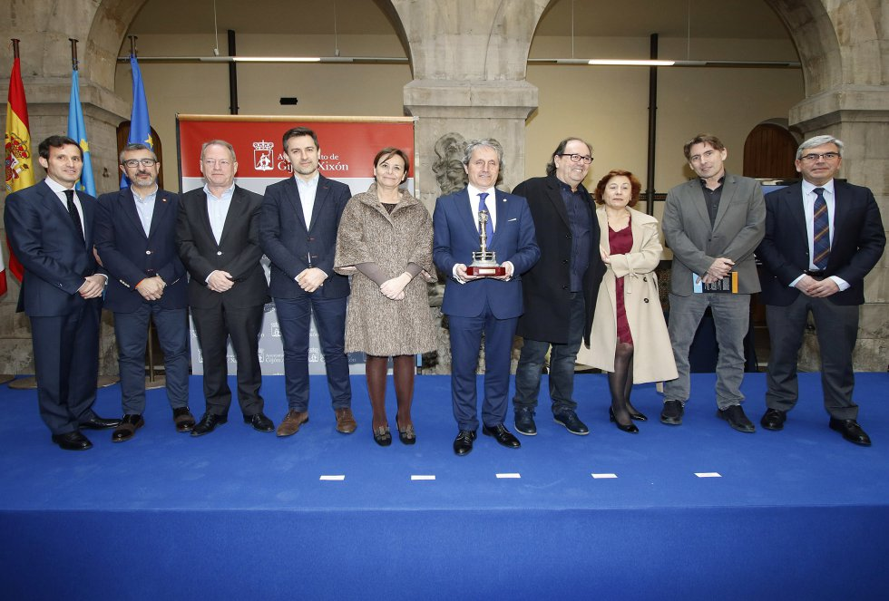 Foto de familia del galardonado, la Unión de Comerciantes de Asturias (2018)