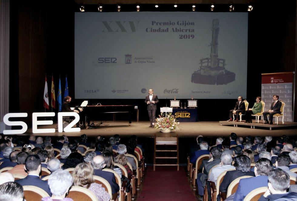 Un Teatro Jovellanos abarrotado sigue las explicaciones del maestro de ceremonias, Nacho Poncela