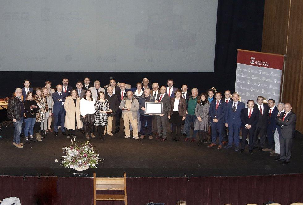 Algunos de los integrantes del Diario El Comercio y del Grupo posan con el galardón