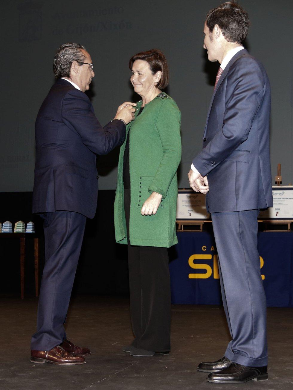 El director de la Red de Emisoras, José Carlos Herreros le impone la insignia de oro a la alcaldesa de Gijón, Carmen Moriyón en presencia del director de Ser Gijón, Pablo González-Palacios
