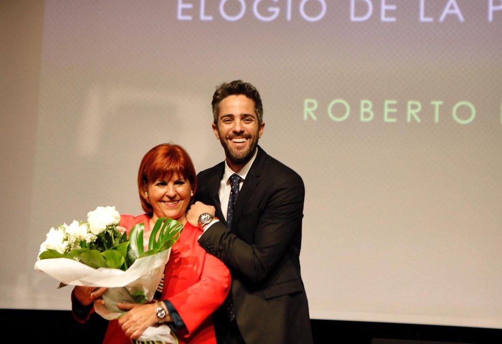 Roberto Leal, acompañado por su madre
