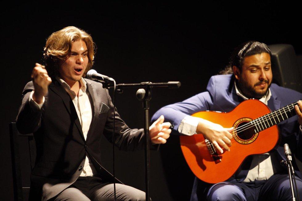 Manuel de la Tomasa, acompañado a la guitarra por José de Pura, en el cante por alegrías