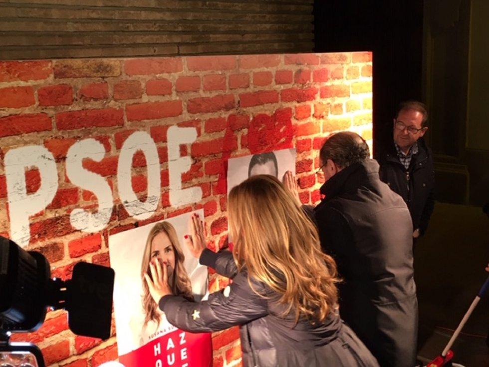 Pegada de carteles del PSOE en pared simulada de ladrillo caravista