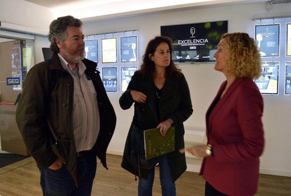 Juantxo López de Uralde (Elkarrekin Podemos) es recibido por la directora, Begoña Marañón