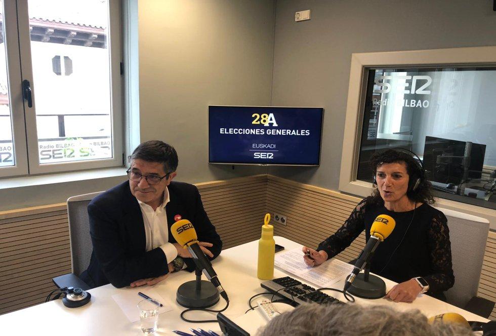 Patxi López (PSE-EE) y Eva Domaika en un momento del debate