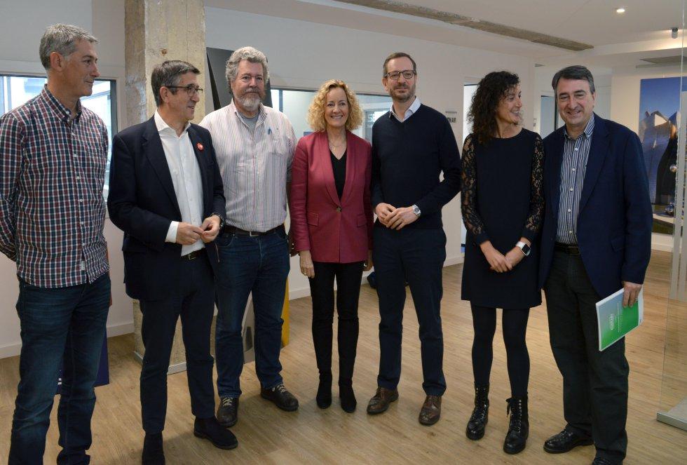 Los candidatos con la directora de Cadena SER Euskadi, Begoña Marañón, y Eva Domaika, conductora del debate