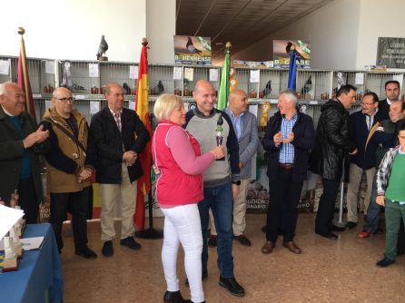 El alcalde entrega uno de los trofeos a ana María López Peláez, la gra triunfadora del campeonato, con hasta 9 trofeos
