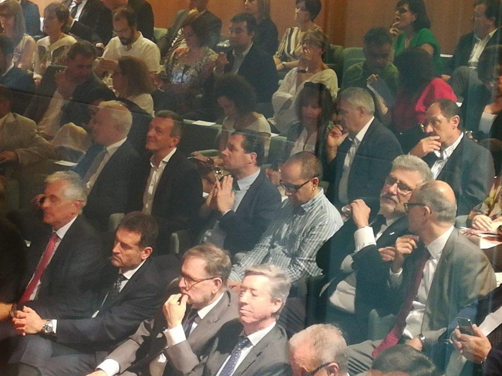 El protocolo deja situaciones tan curiosas (quizá, incómodas) como esta: al diputado de Vox por la provincia de Zaragoza, Pedro Fernández, le ha tocado sentarse entre el concejal de Podemos, Fernando Rivarés, y el concejal de Zaragoza en Común, Alberto Cubero, ambos del Ayuntamiento de Zaragoza