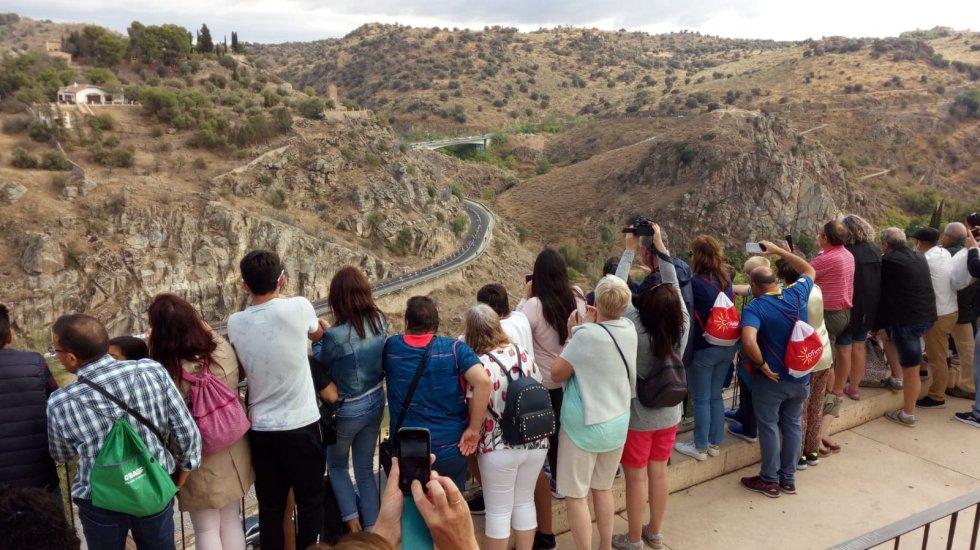 Público esperando a la carrera a su paso por el Valle
