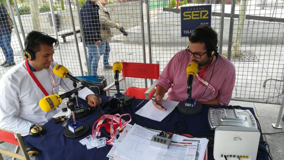 Carlos Abengózar presentando a pie de meta Hoy por Hoy Toledo, aquí con el chef Chozas