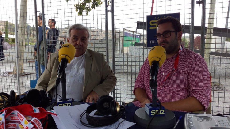 Carlos Abengózar presentando a pie de meta Hoy por Hoy Toledo, aquí con Juan José Pérez del Pino