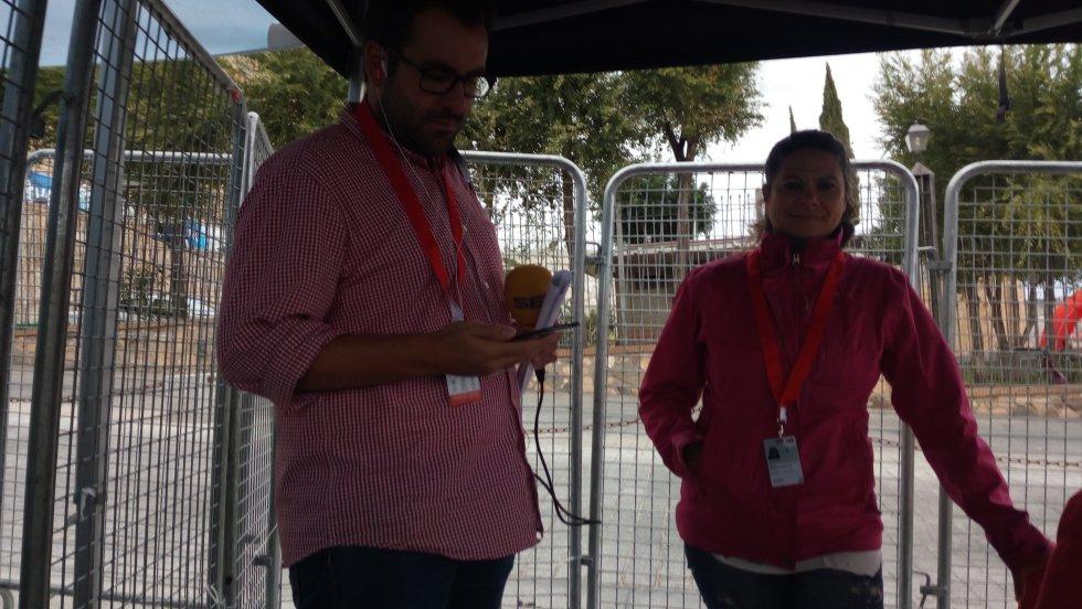 Varios aficionados se acercaron al set de la Cadena SER a preguntar por como iba la carrera
