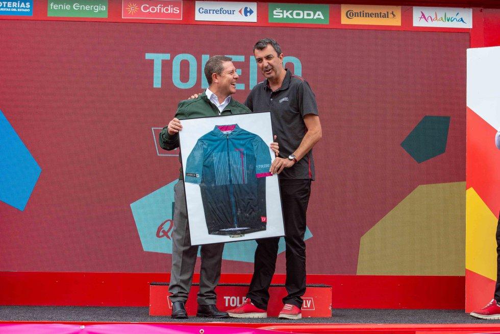 García-Page recibe un maillot de manos del director de La Vuelta