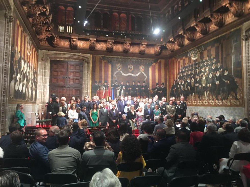 Tras el acto de entrega de las Altas Distinciones, se ha producido la tradicional foto de familia entre los premiados y las autoridades presentes