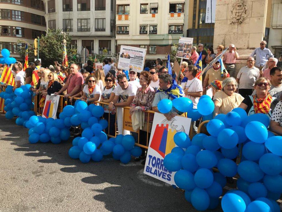 Algunos ciudadanos han llevado sus reivindicaciones hasta la manifestación cívica del Nou d'Octubre