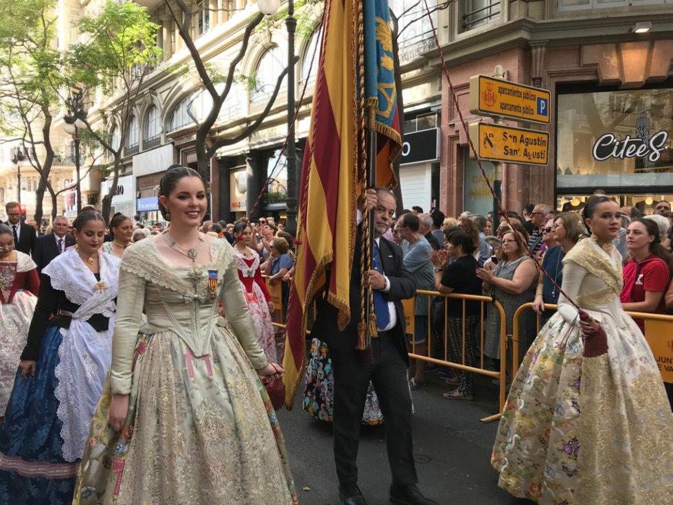 Las Falleras Mayores de València también han participado en la procesión cívica, portando una Senyera