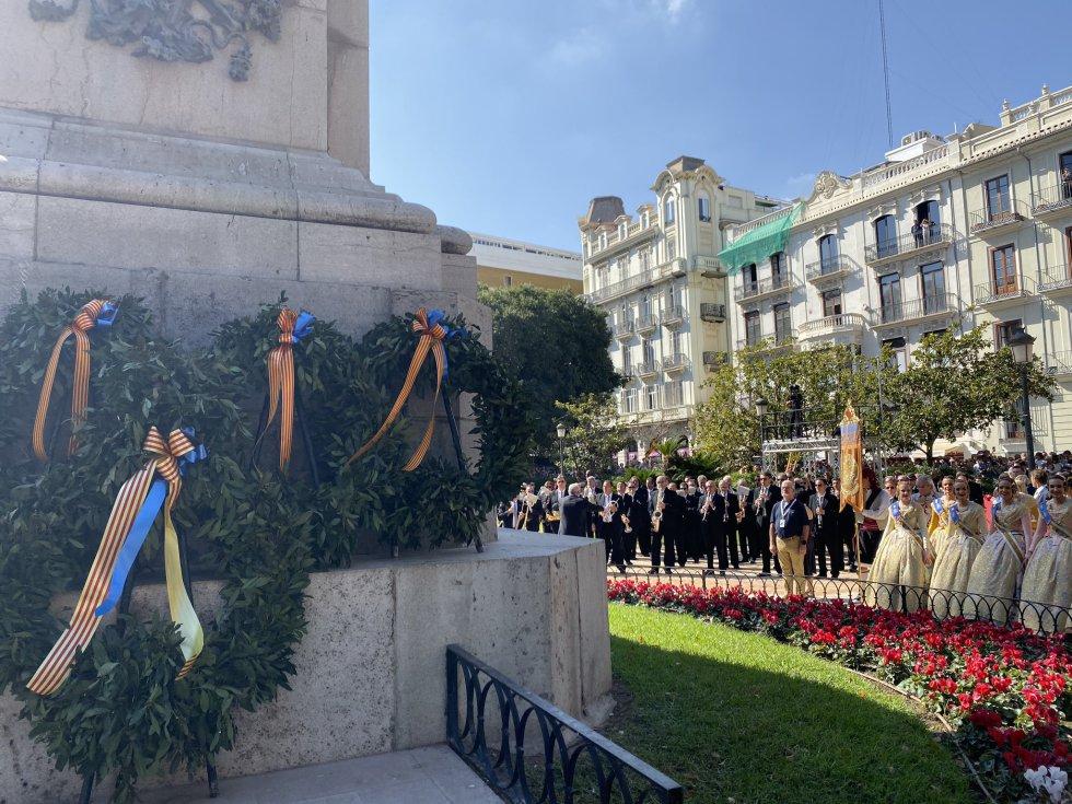 Los participantes en la procesión han realizado la tradicional ofrenda de flores institucional delante de la estatua del Rey Jaume I, en el Parterre
