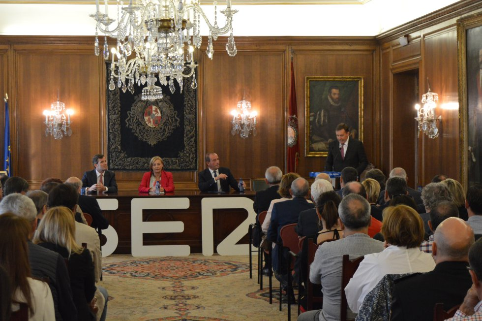 Juan Carlos González da lectura al acta del II Premio Avilés Ciudad de Vanguardia