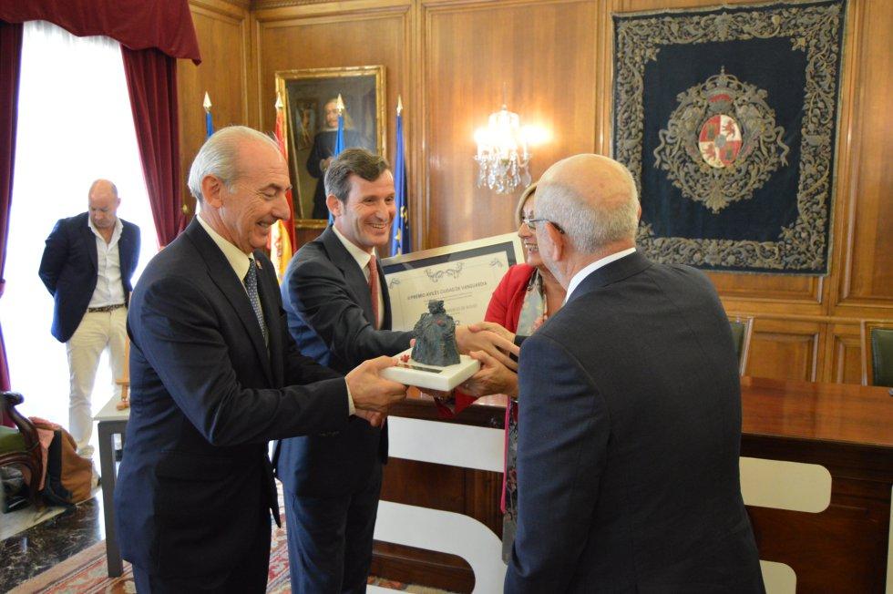 El director regional de la SER, Pablo González-Palacios junto a la alcaldesa de Avilés, Mariví Monteserín, hacen entrega del premio a la Cámara de Comercio