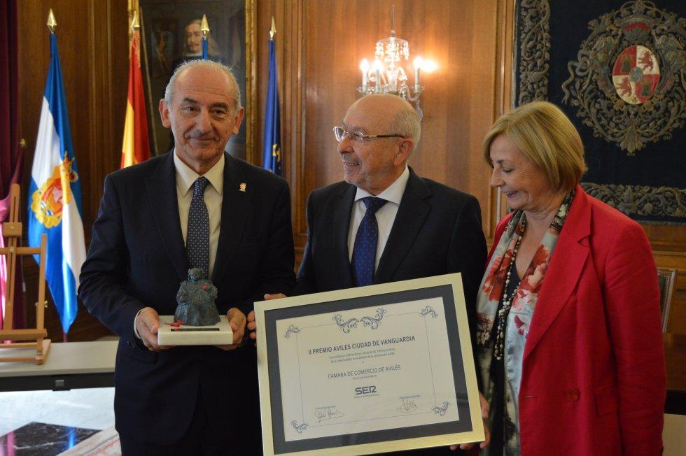 El presidente, Luis Noguera y el vicepresidente, José Martínez junto a la alcaldesa, Mariví Monteserín