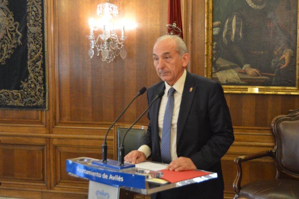 El presidente de la Cámara de Comercio de Avilés, Luis Noguera, durante su intervención tras recoger el galardón