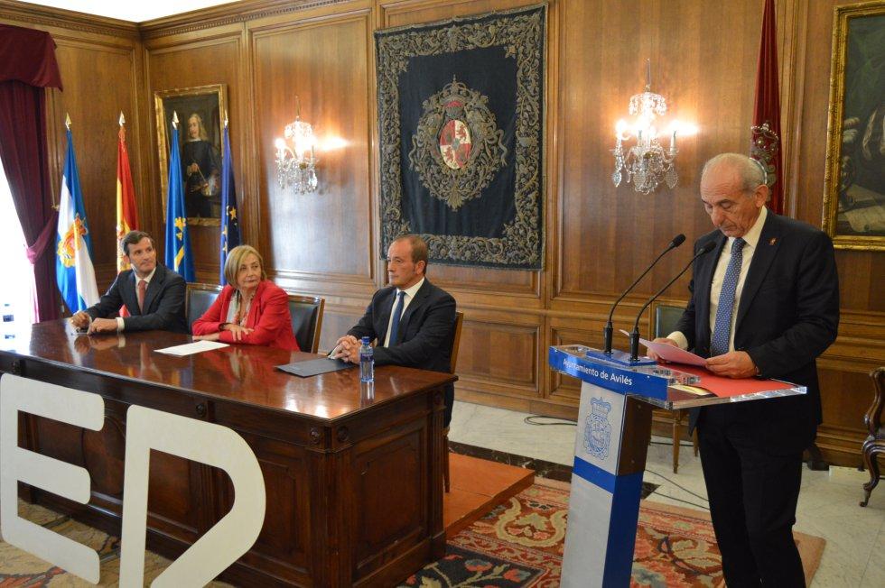 El presidente de la Cámara de Comercio de Avilés, Luis Noguera, interviene en presencia de las autoridades