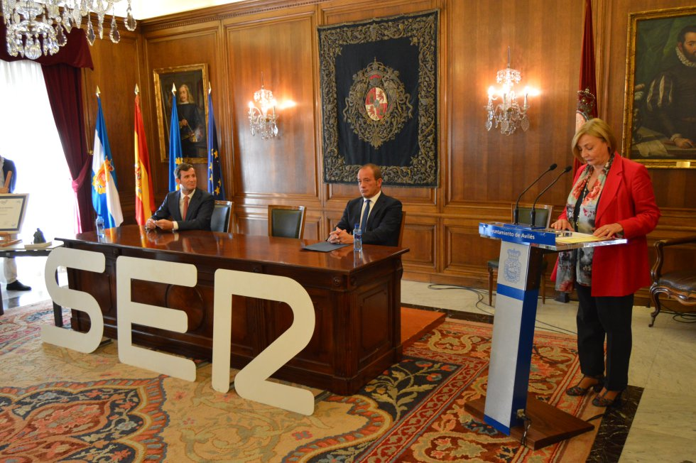 La alcaldesa de Avilés, Mariví Monteserín, interviene en presencia del director regional de la SER, Pablo González-Palacios y el jefe de informativos de la emisora, Nacho Poncela