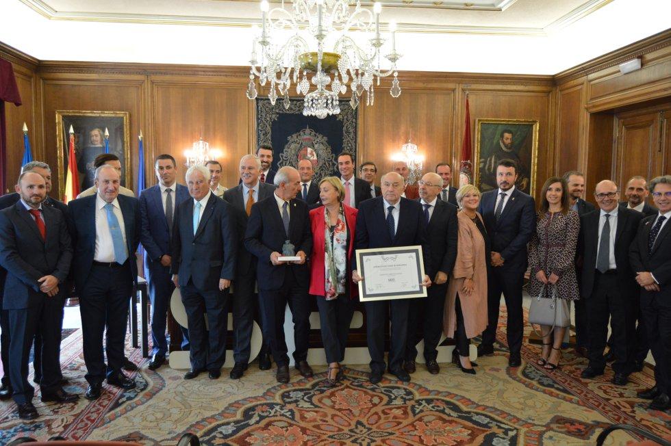 Foto de familia de la Cámara de Comercio de Avilés, la Cadena SER y los patrocinadores: Tartiere Auto, Caixa Bank y Oxigar