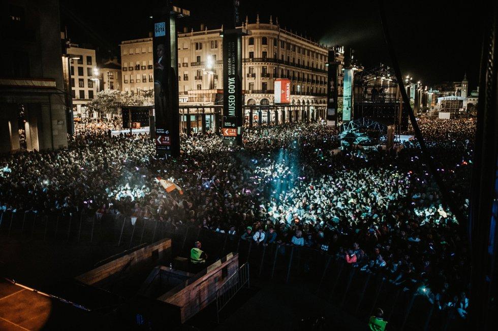Los DJ's de la nueva emisora, Los 40 Dance, hicieron bailar a los miles de personas que abarrotaron la plaza del Pilar, en el primer concierto de Radio Zaragoza en las fiestas.