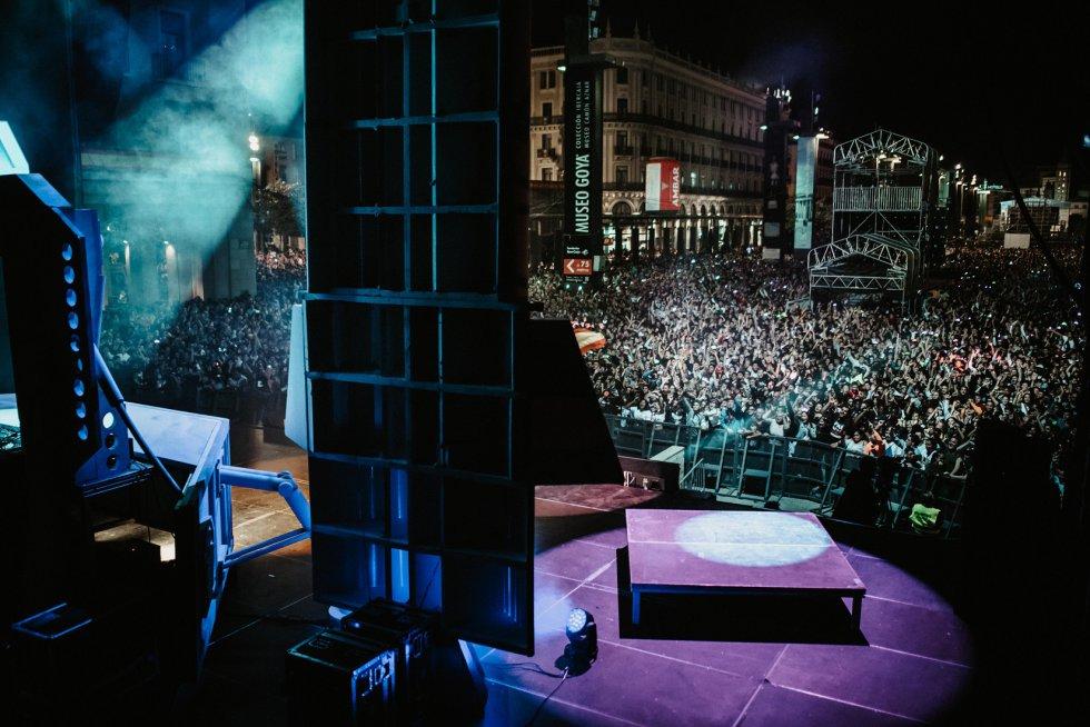 Los DJ's de la nueva emisora, Los 40 Dance, hicieron bailar a los miles de personas que abarrotaron la plaza del Pilar, en el primer concierto de Radio Zaragoza en las fiestas. b
