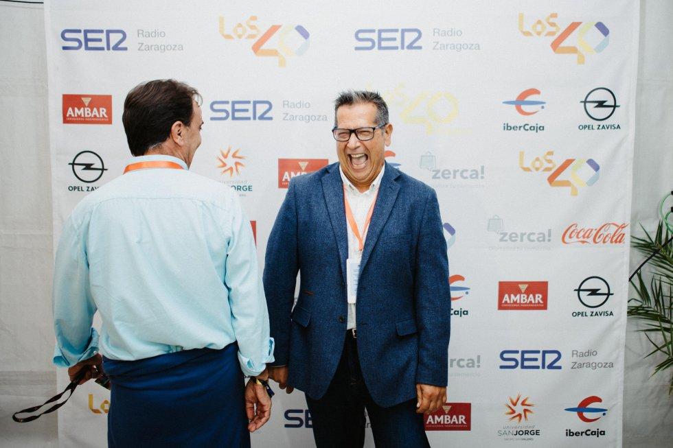 Momentos de distensión y bromas tras el inicio del bautismo oficial de Los 40 Dance entre el director comercial de Radio Zaragoza y el director regional de la Cadena SER en Aragón.