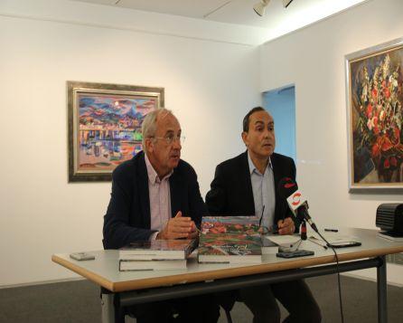 Miguel Ángel Páez, y el secretario de la Fundación Menchu Gal, Joxe Joan González de Txabarri durante la presentación de la exposición