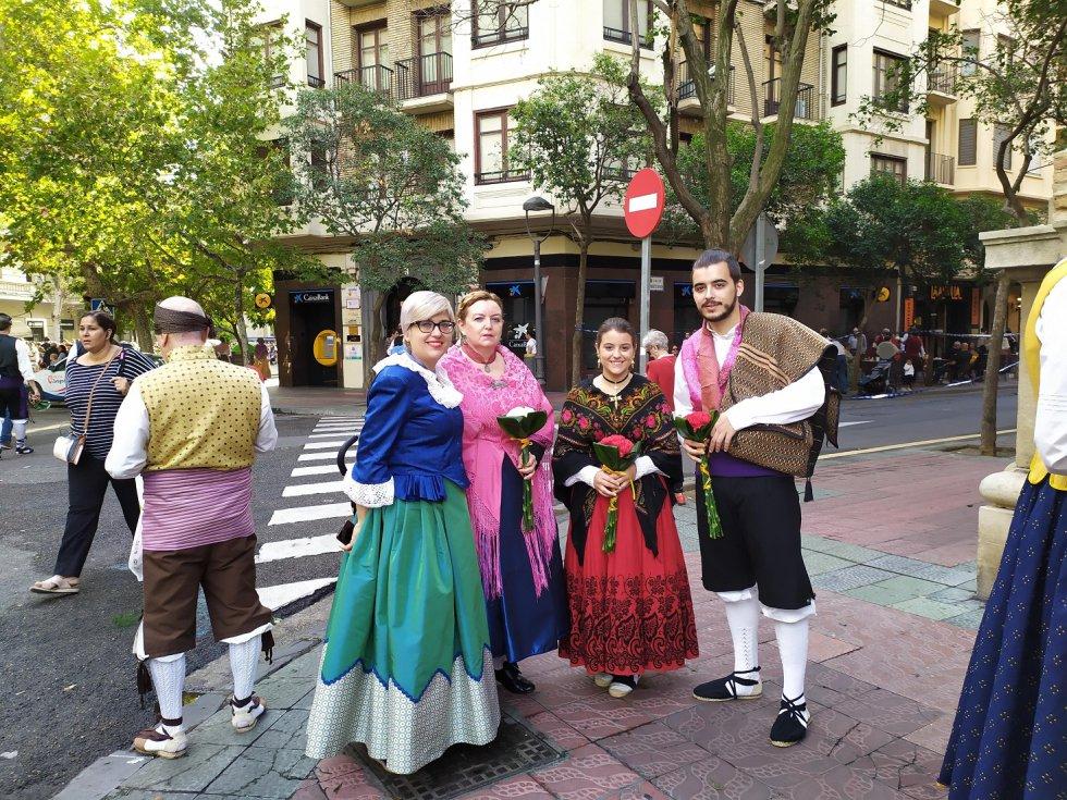 Familias y grupos de amigos llenan las calles de la capital