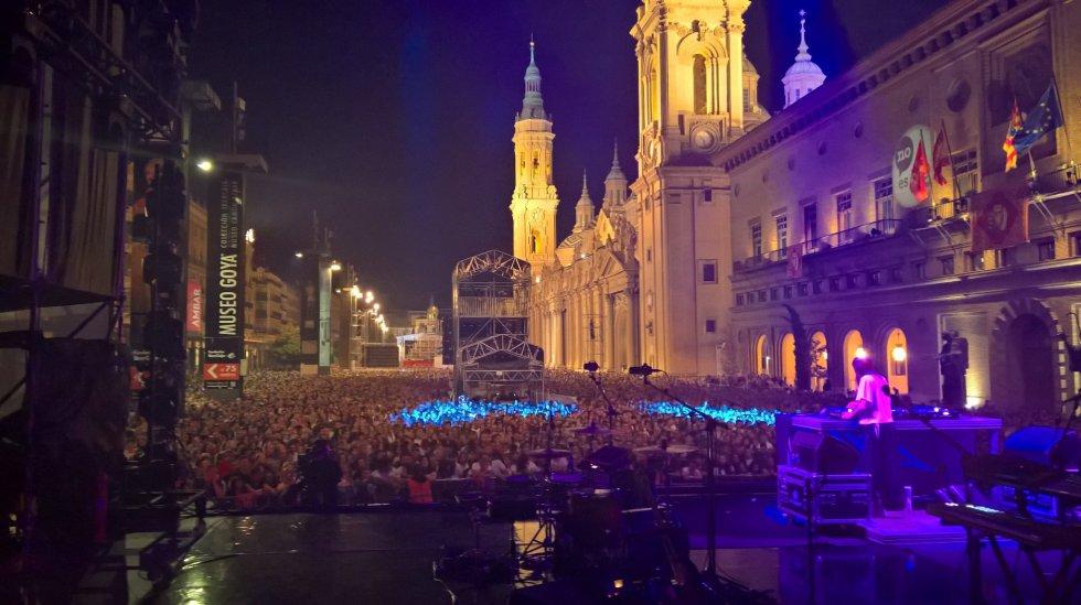 Miles de personas abarrotaron la plaza del Pilar para ver a Amaral, concierto de Los40 y Radio Zaragoza, el más multitudinario de las fiestas del Pilar 2019.