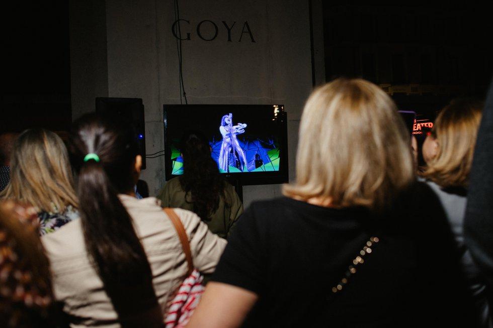 Los asistentes a la zona VIP de Radio Zaragoza viendo, a través de las pantallas, el concierto de Amaral.
