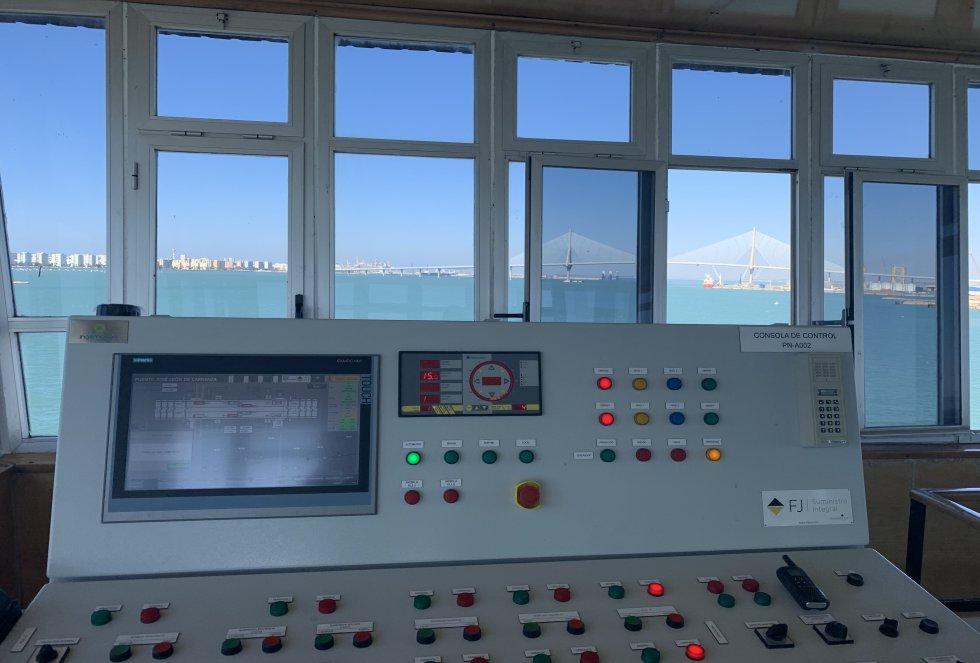Con estos botones y pantalla se controla desde la torre de control la apertura del puente Carranza, con impresionantes vistas al puente de la Constitución de 1812