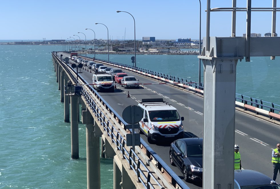 Los coches que esperan a la apertura y cierre del puente son detenidos por una barrera. Ser testigos de este momento desde el propio puente suele aprovecharse por conductores para hacerse fotos