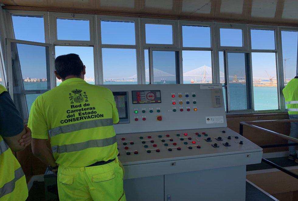 Un simple botón desde la torre de control acciona el sistema hidráulico de apertura del puente, aunque presionar este botón conlleva un coordinado trabajo en equpo y de seguridad técnica