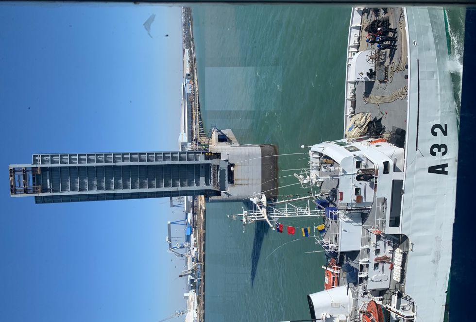 Generalmente, justo cuando el barco cruza entre los dos semitramos levantados hace sonar su bocina como señal de saludo a los trabajadores del puente