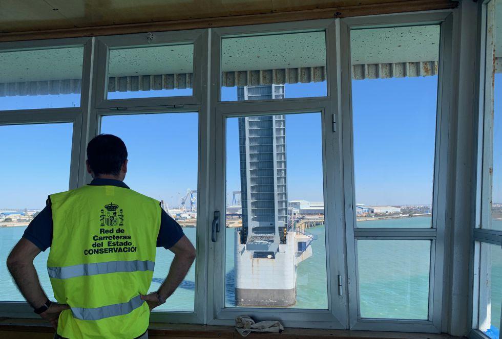 Una quincena de trabajadores participa activamente en las labores que requiere la apertura del puente Carranza