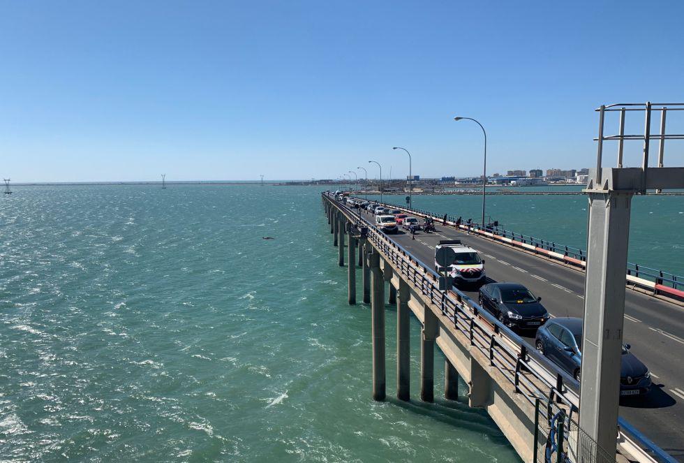 Tras unos 15 minutos, se vuelven a abrir las barreras de cada lado del puente y los coches vuelven a circular por el puente Carranza