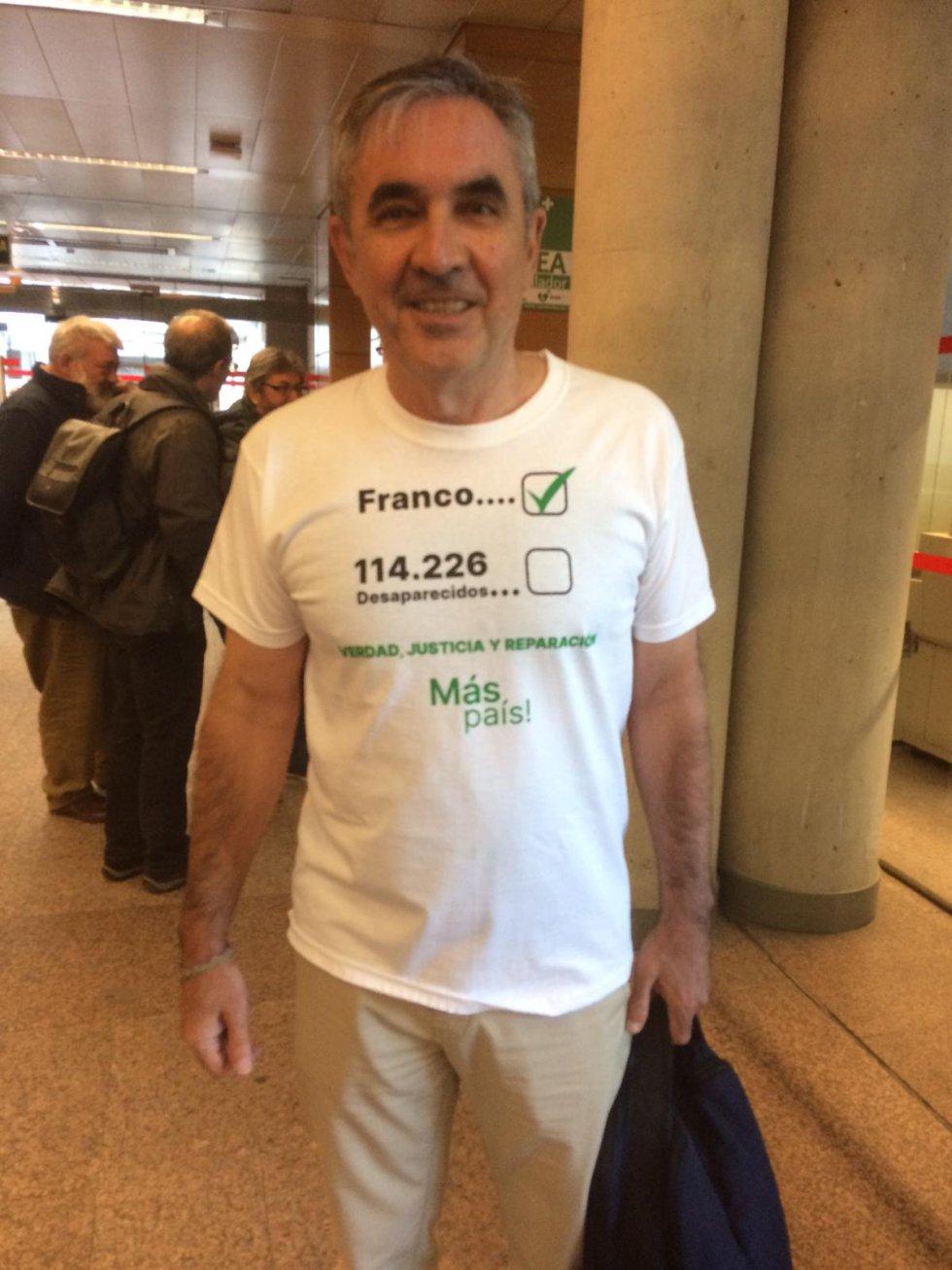 Esta es la camiseta que el diputado de Más Madrid, Eduardo Gutiérrez, ha llevado a la Asamblea de Madrid
