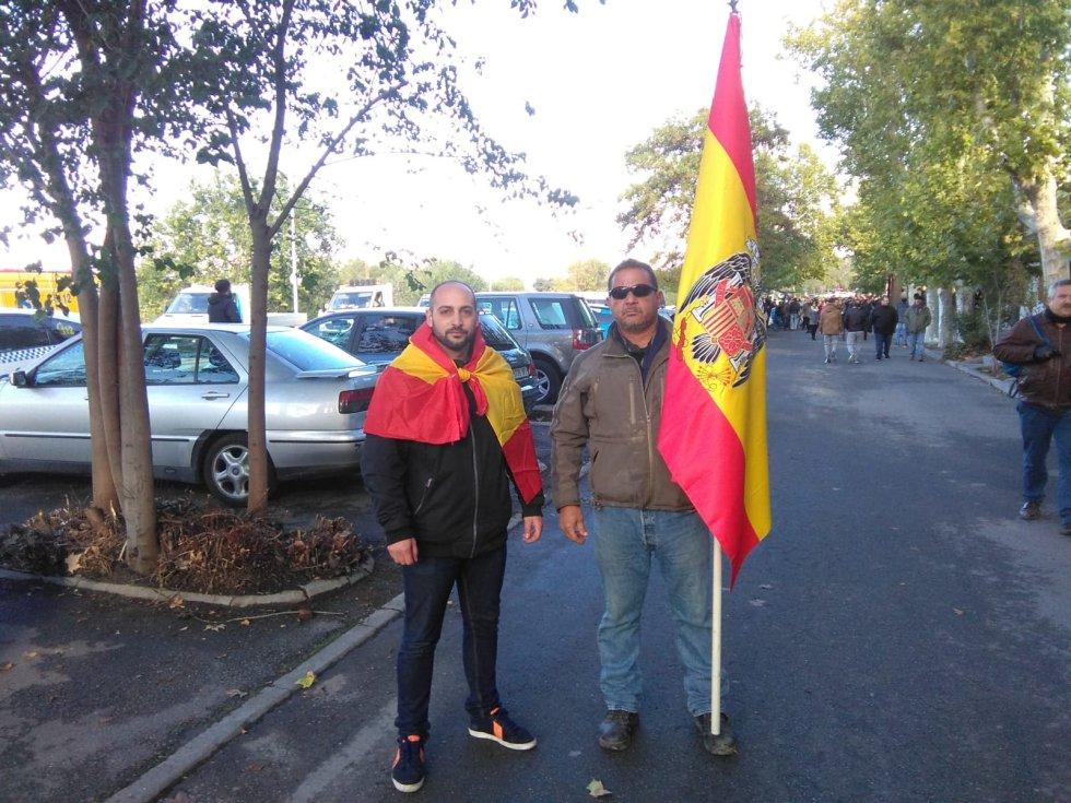 Dos ciudanos en Mingorrubio portando banderas. Al menos una de ella es preconsitucional